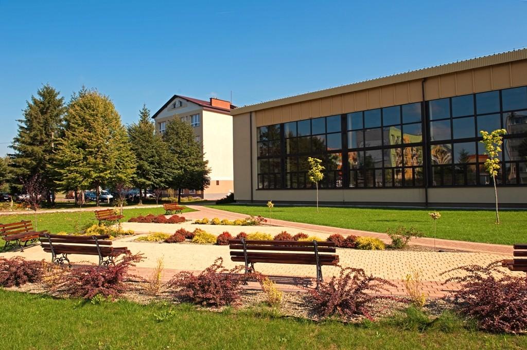 Powiat stara się o pieniądze na budowę placu zabaw i siłowni obok liceum w Kolbuszowej  - Zdjęcie główne