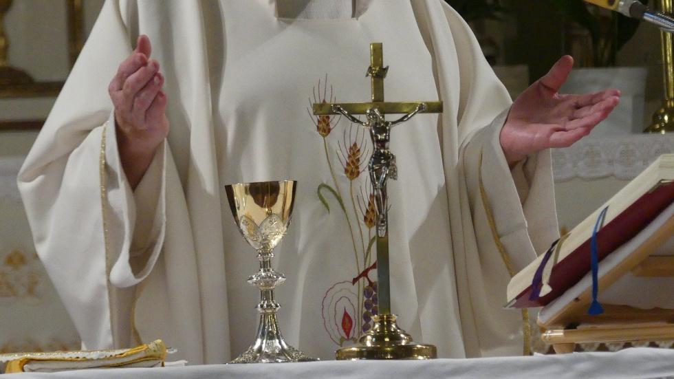 Ksiądz, który nie przestrzegał limitu osób w kościele, uniewinniony - Zdjęcie główne