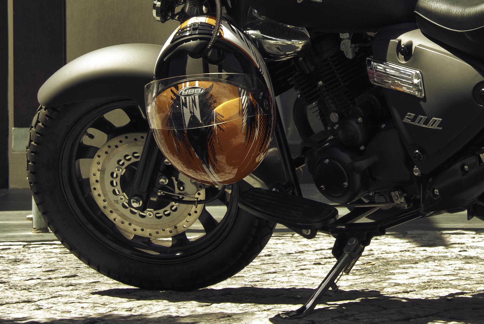 Świerczów. Motocyklista w szpitalu, uderzył w betonowy mur - Zdjęcie główne