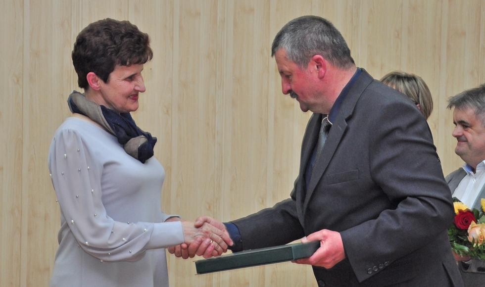 Radni oficjalnie podziękowali Halinie Indyk, dyrektor GOKSiR-u w Raniżowie, za dotychczasową pracę - Zdjęcie główne