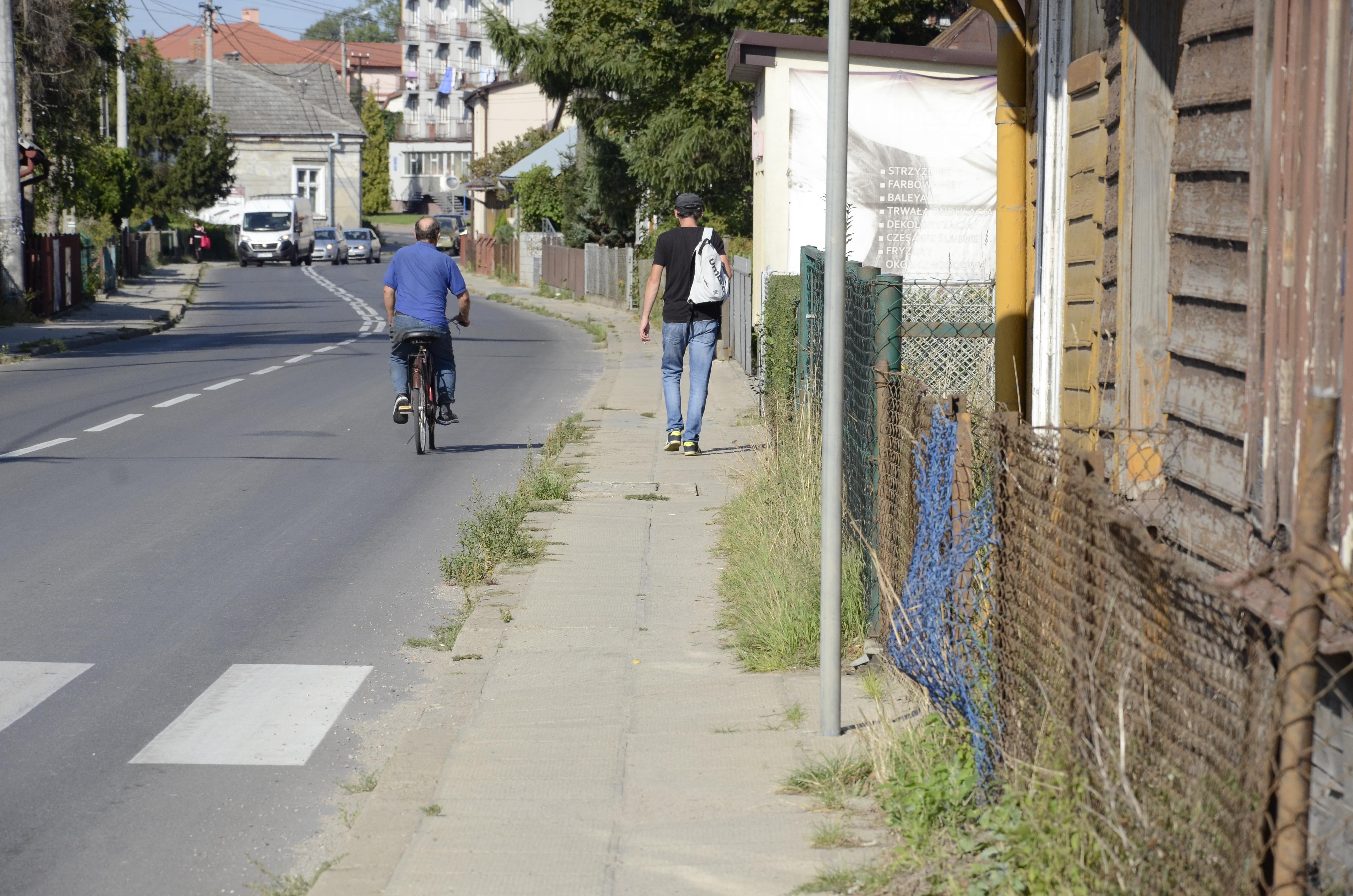 Kupy, trawa i chwasty na ulicach Piłsudskiego i Kilińskiego w Kolbuszowej  - Zdjęcie główne