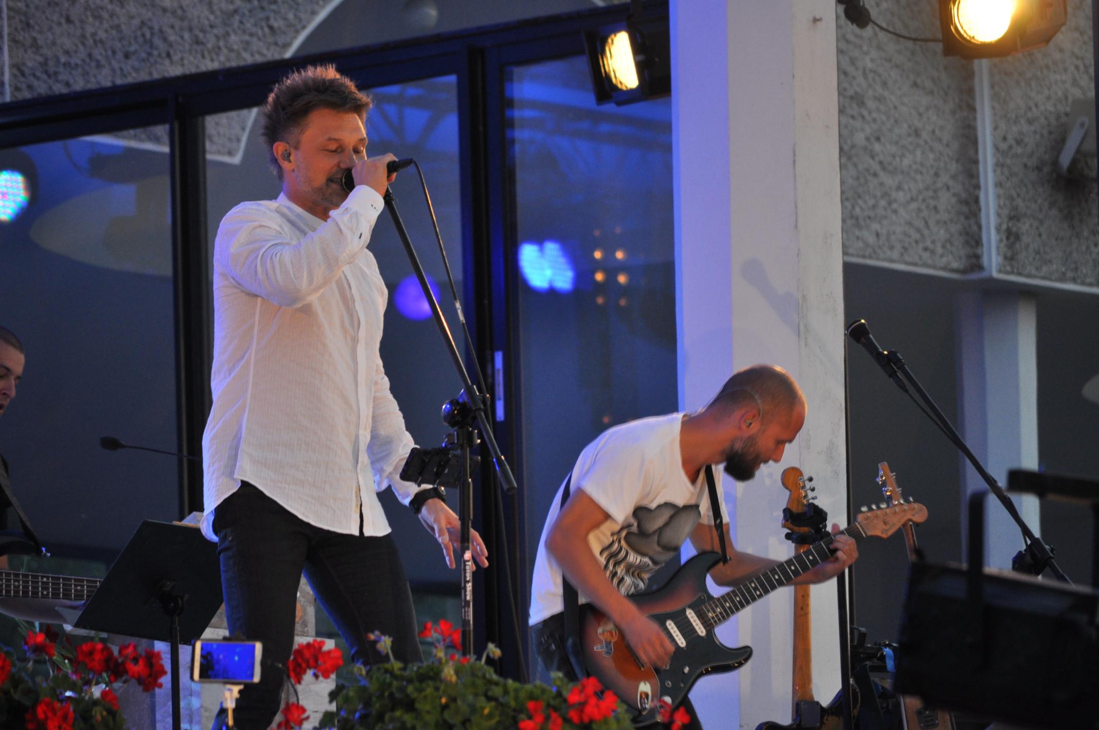 Gmina Cmolas. Na placu w Sanktuarium Przemienienia Pańskiego, 5 sierpnia odbył się koncert Grzegorza Wilka. Zobaczcie zdjęcia i filmik z występu - Zdjęcie główne