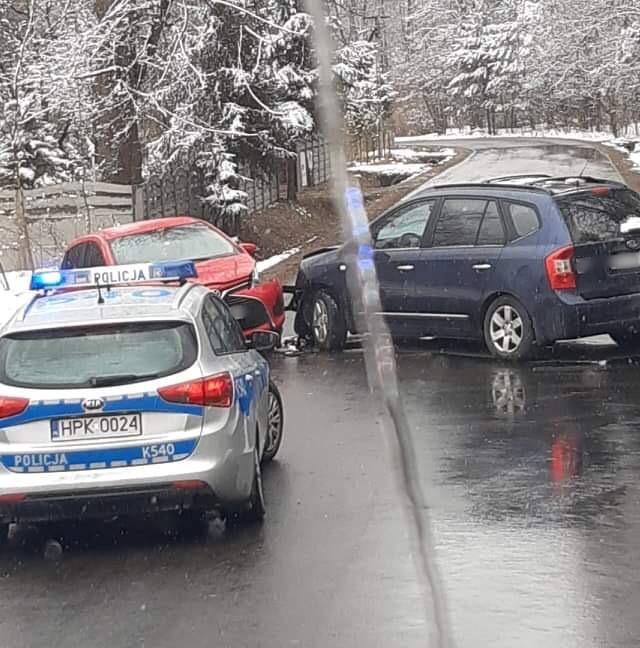 Zderzenie dwóch samochodów w Kłapówce. Droga zablokowana [AKTUALIZACJA] - Zdjęcie główne