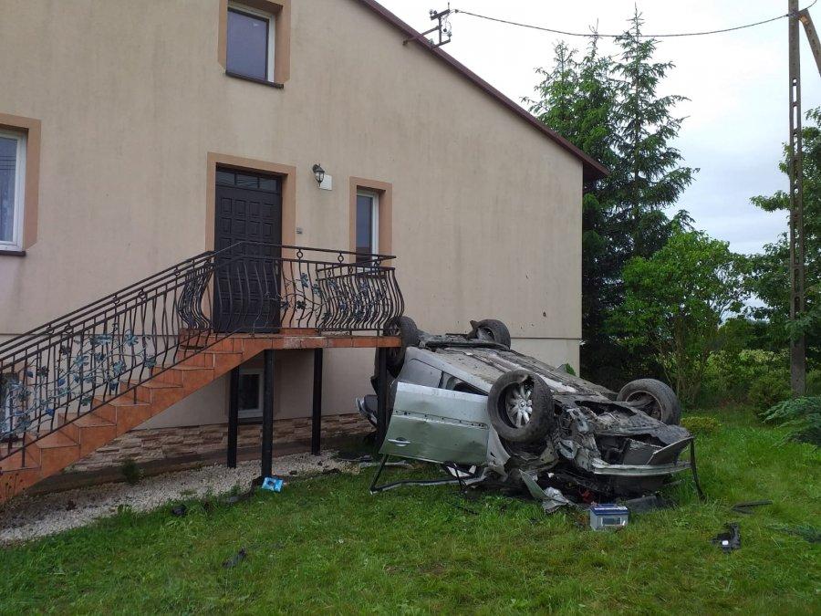 24-latka dachowała i uderzyła w dom [FOTO] - Zdjęcie główne