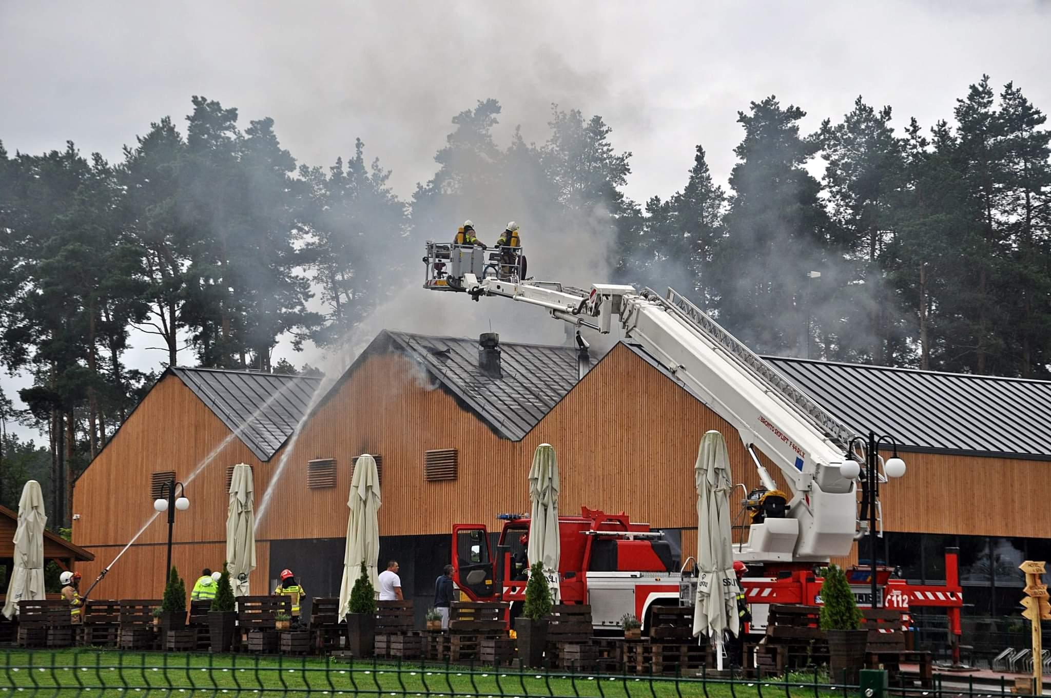 Z REGIONU: Duży pożar kompleksu turystycznego [ZDJĘCIA] - Zdjęcie główne