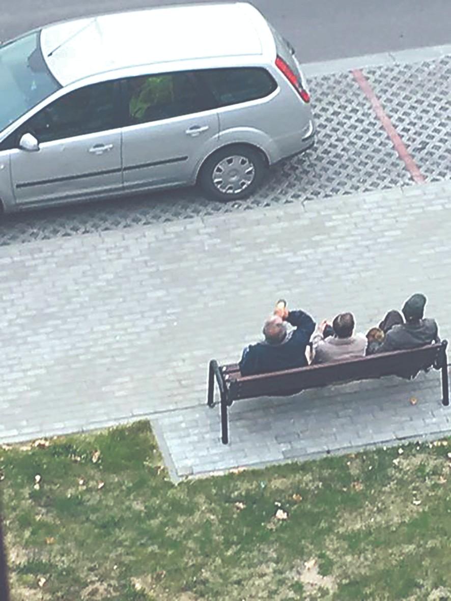Czytelniczka skarży się na mężczyzn pijących alkohol na ul. 11 Listopada w Kolbuszowej - Zdjęcie główne