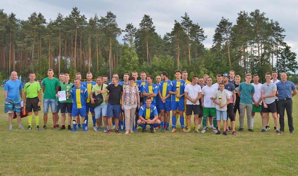 Drużyna Korona Majdan Królewski wywalczyła puchar wójta - Zdjęcie główne