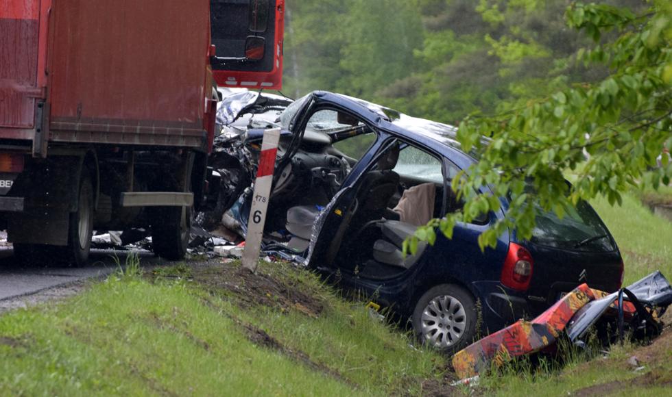 Wypadek w Widełce. Czołowe zderzenie osobówki z ciężarówką [FOTO] [MAPA] [VIDEO] - Zdjęcie główne