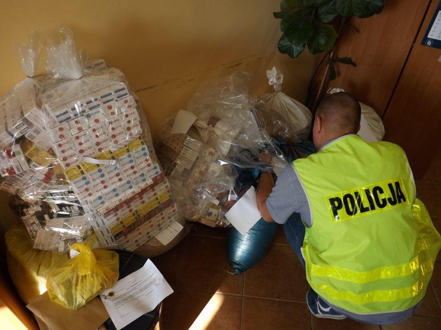 Policjanci ujawnili i zabezpieczyli papierosy, tytoń i alkohol bez akcyzy. W ten nielegalny proceder zamieszani byli dwaj mieszkańcy powiatu kolbuszowskiego - Zdjęcie główne