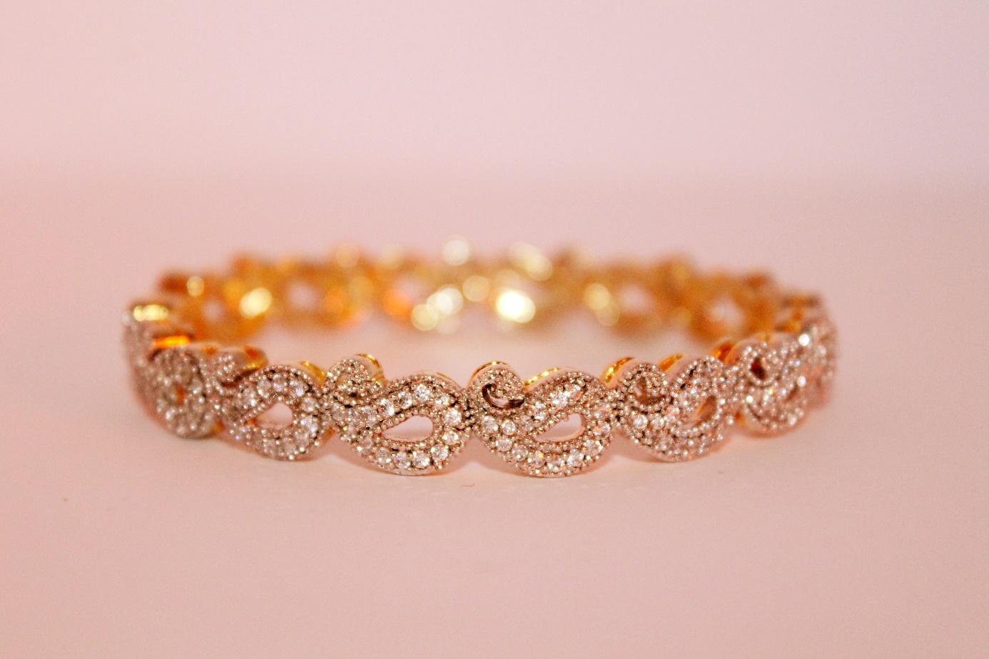 Bransoletki ze złota w codziennej stylizacji - Zdjęcie główne