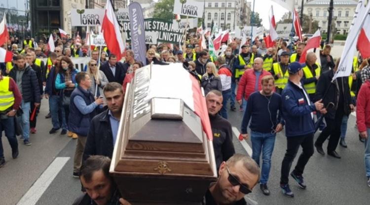 Z trumną pod Pałac Prezydencki. Rolnicy protestują w Warszawie [VIDEO] - Zdjęcie główne
