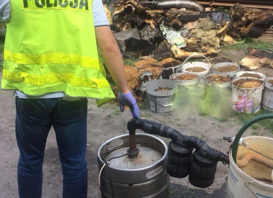 Gmina Raniżów. Właściel płonącego garażu utrudniał akcję gaśniczą. Na jego posesji policjanci znaleźli amunicję i odkryli nielegalny pobór prądu  - Zdjęcie główne