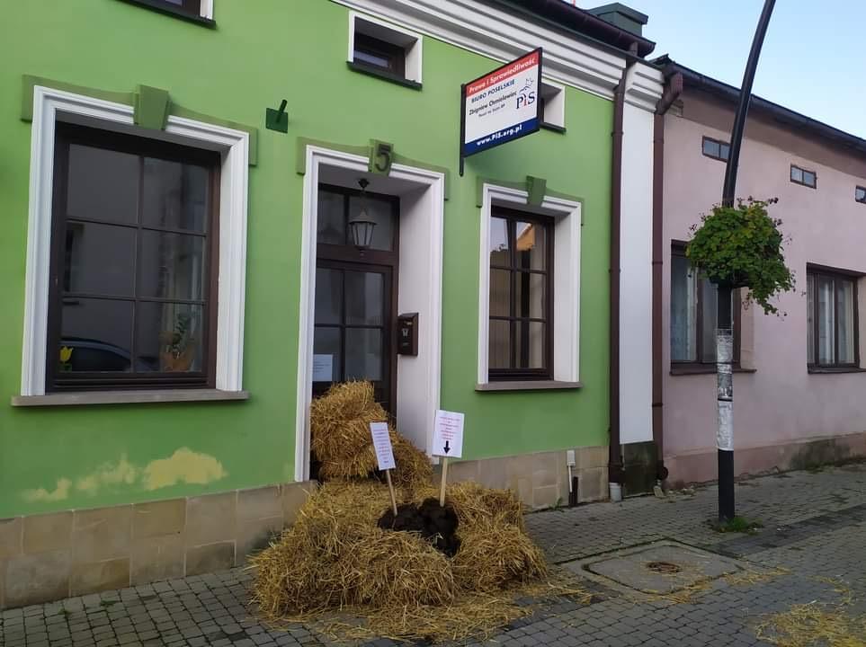 Kupa łajna przed biurem poselskim w Kolbuszowej [FOTO] [VIDEO] - Zdjęcie główne