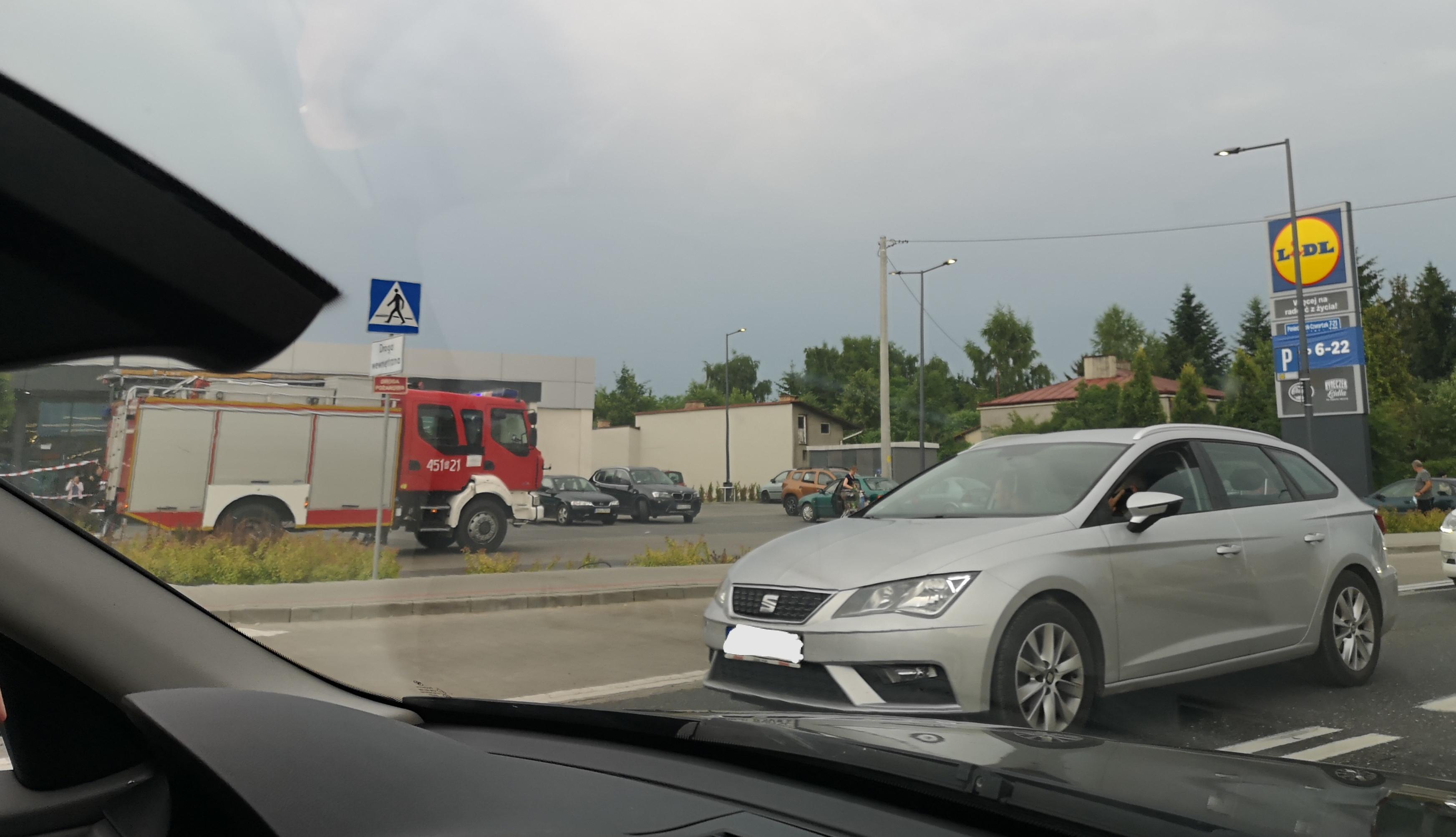 Strażacy interweniowali przed Lidlem w Kolbuszowej  - Zdjęcie główne