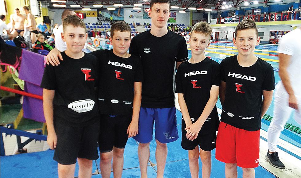 Pływacy kolbuszowskiej Fregaty kolejny raz pokazali się z bardzo dobrej strony w poważnej imprezie. W letnich mistrzostwach Podkarpacia zdobyli 19 medali - Zdjęcie główne