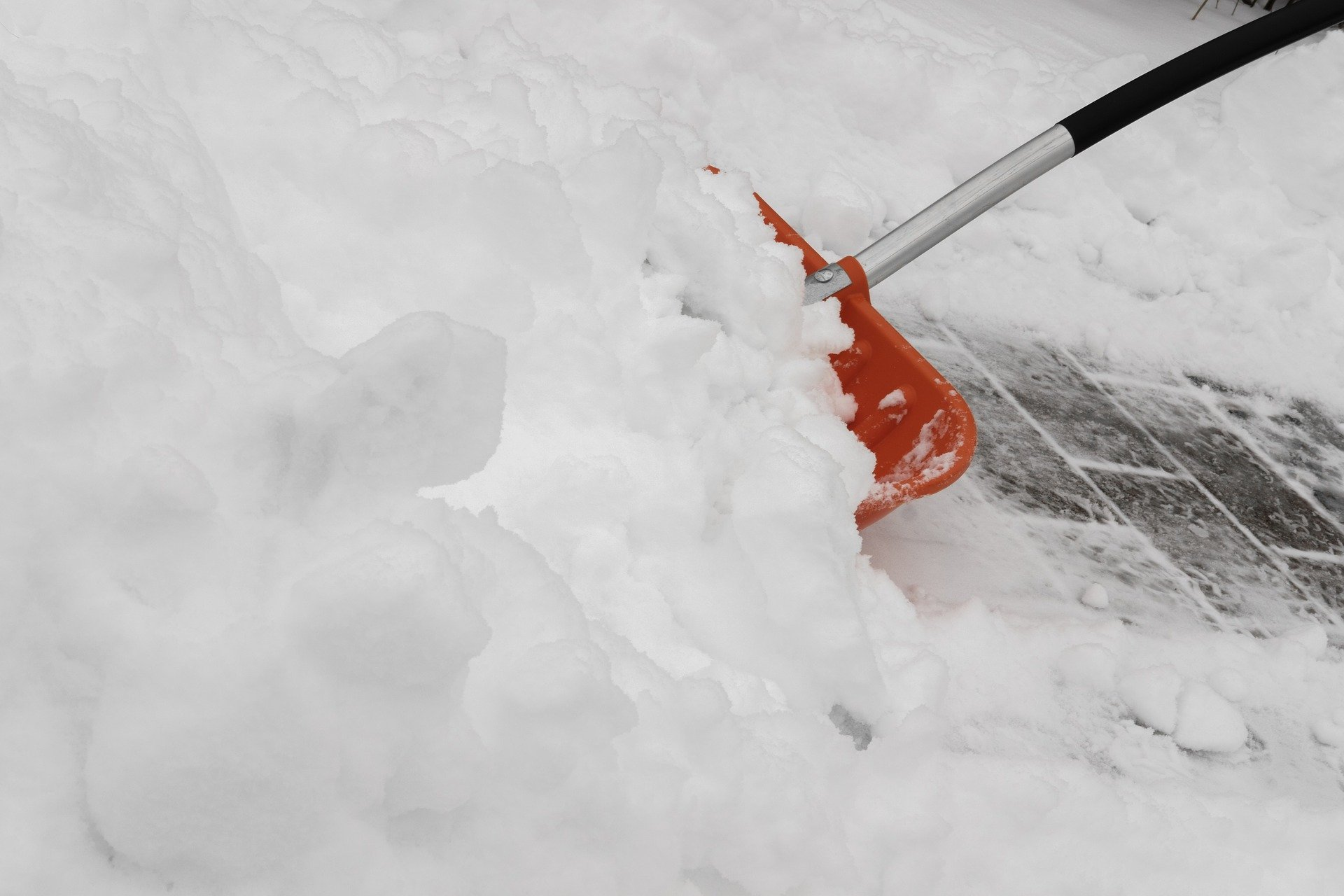 Chodnik zasypany śniegiem. Mieszkaniec jest oburzony - Zdjęcie główne