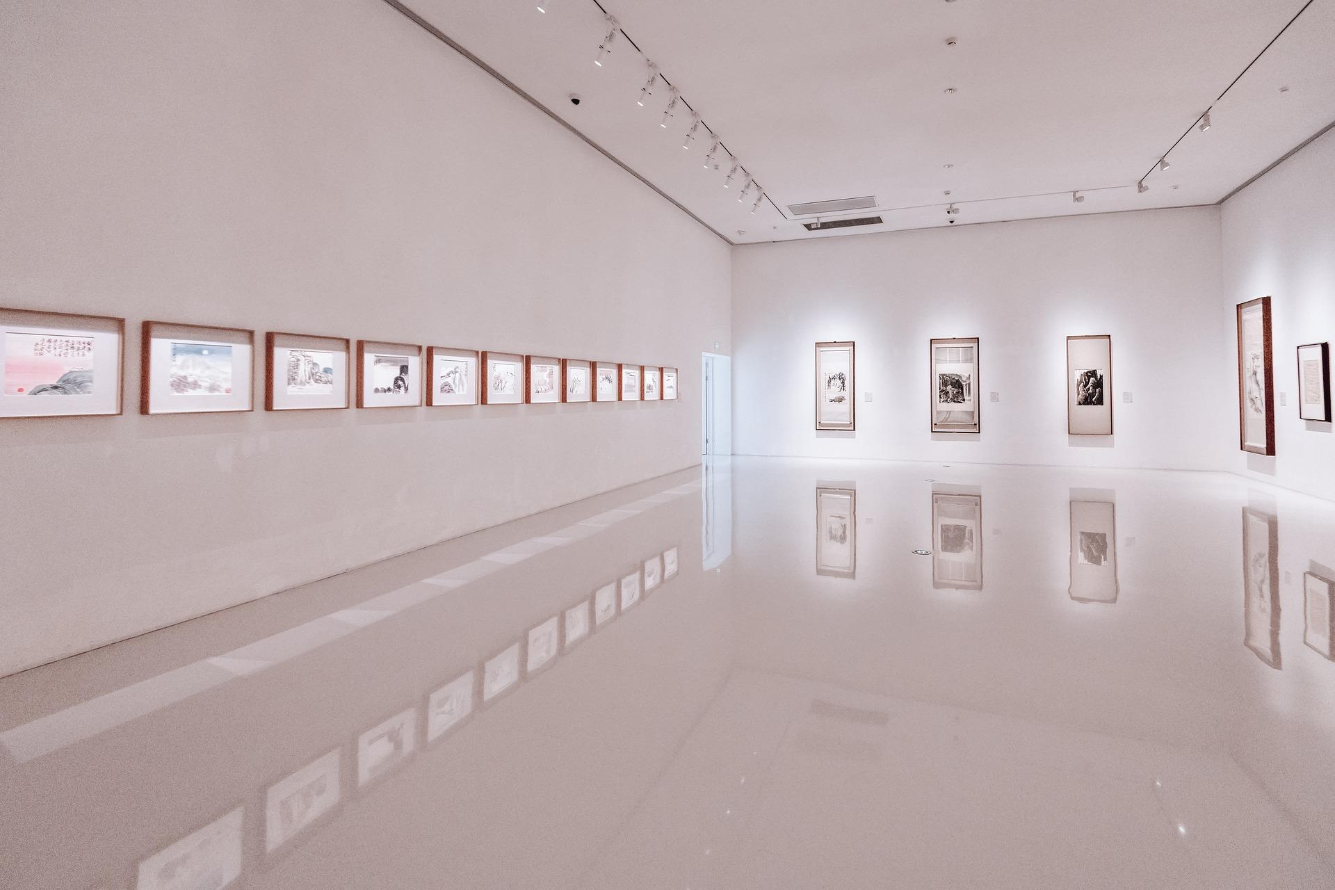 Wystawa malarska w dawnej synagodze - Zdjęcie główne