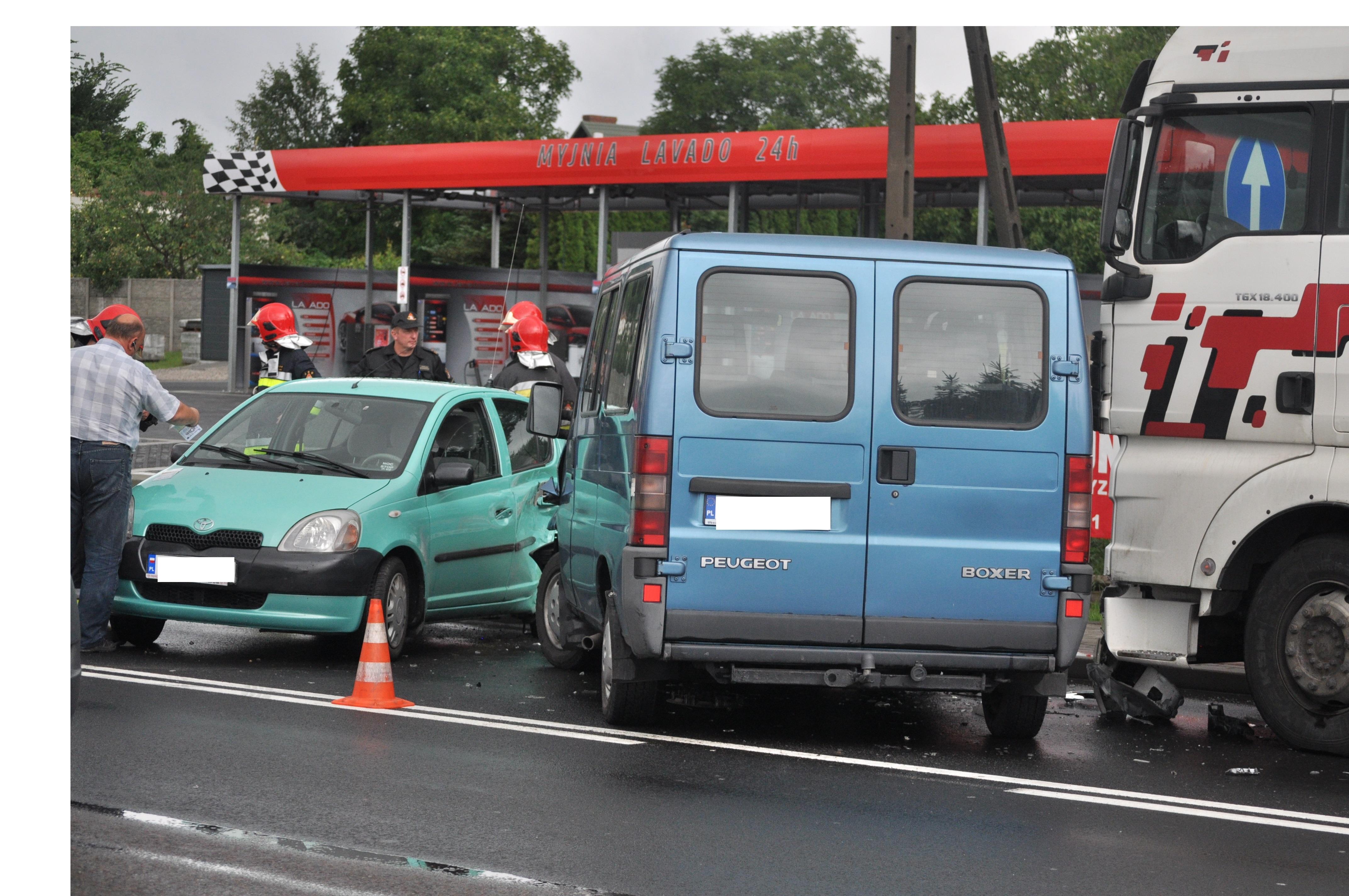 Kolbuszowa. Na drodze krajowej nr 9 zderzyły się trzy samochody. Trwają utrudnienia w ruchu  - Zdjęcie główne
