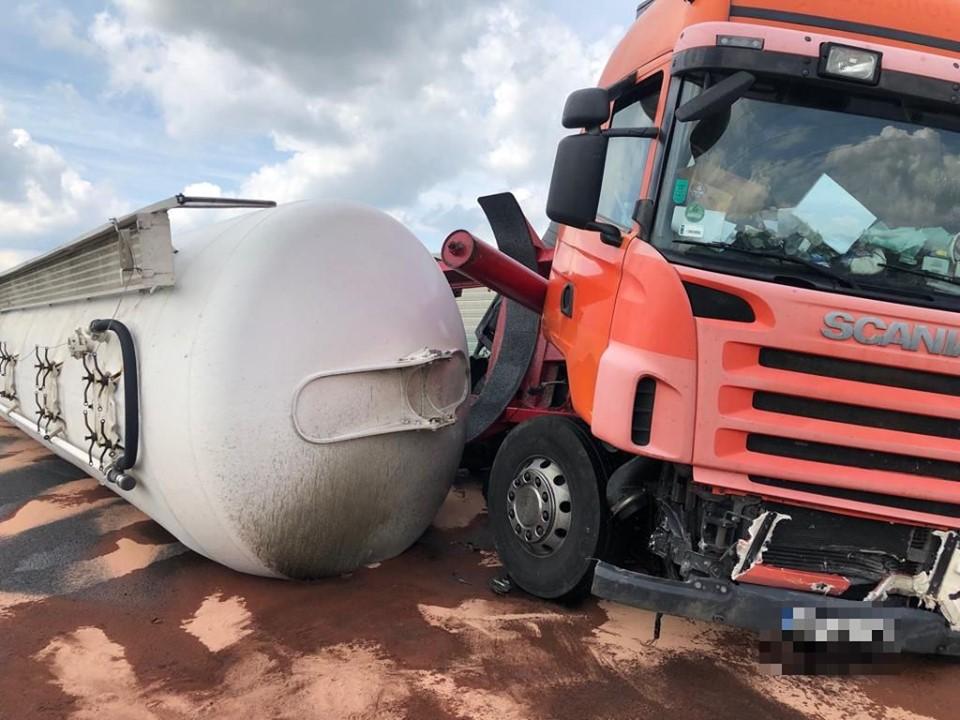 Wypadek na A4 pomiędzy węzłami Tarnów-Centrum, a Tarnów-Zachód w kierunku do Krakowa |ZDJĘCIA| - Zdjęcie główne