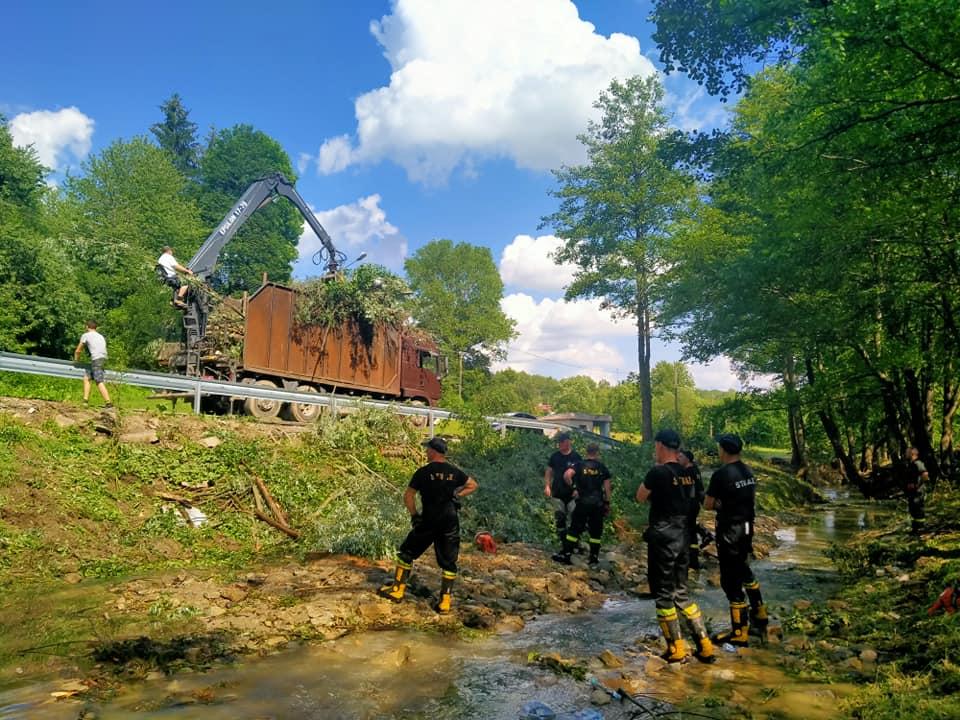 Strażacy na ratunek powodzianom  - Zdjęcie główne