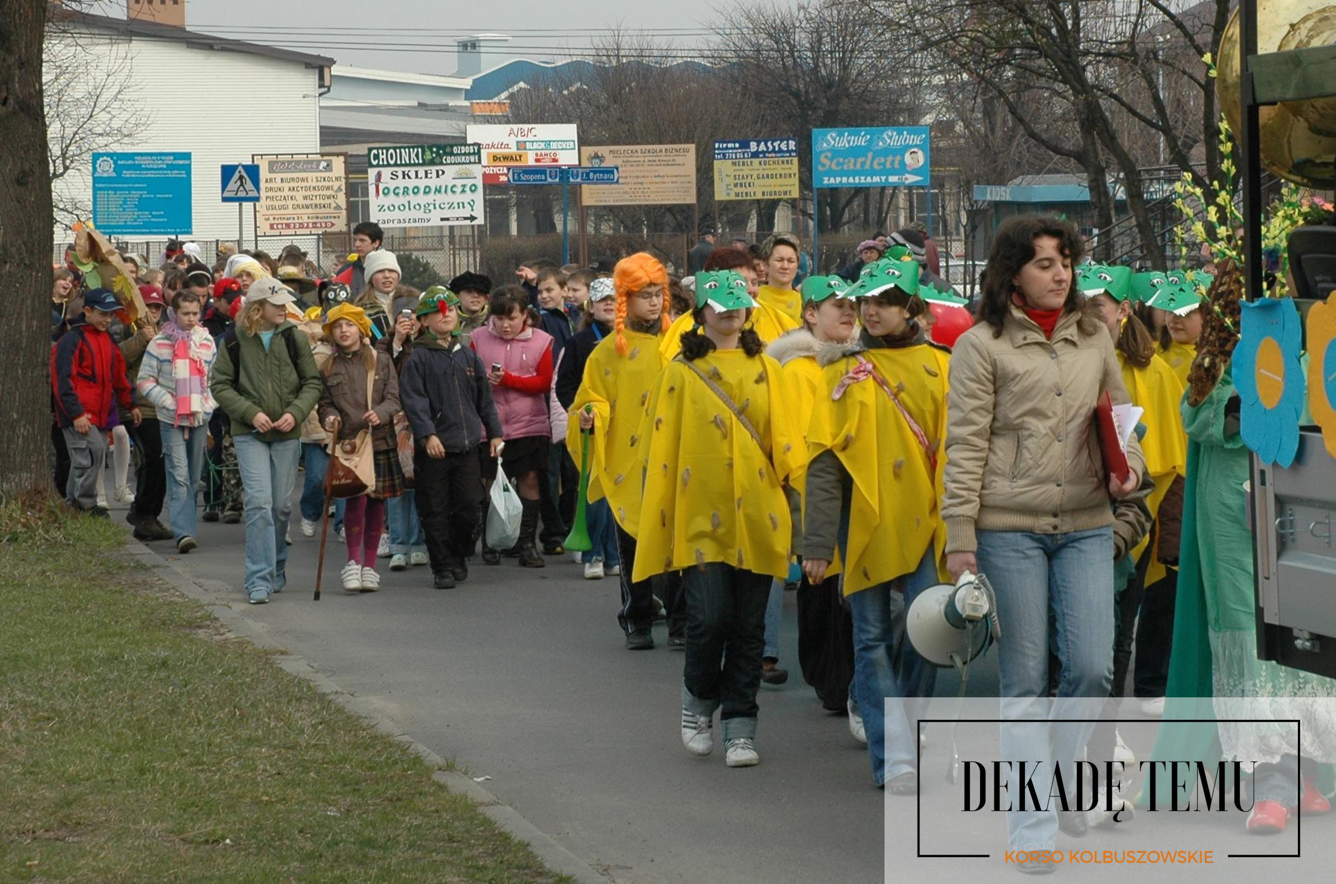 [DEKADĘ TEMU] Wiosenna parada ulicami miasta uczniów szkół z gminy Kolbuszowa - Zdjęcie główne