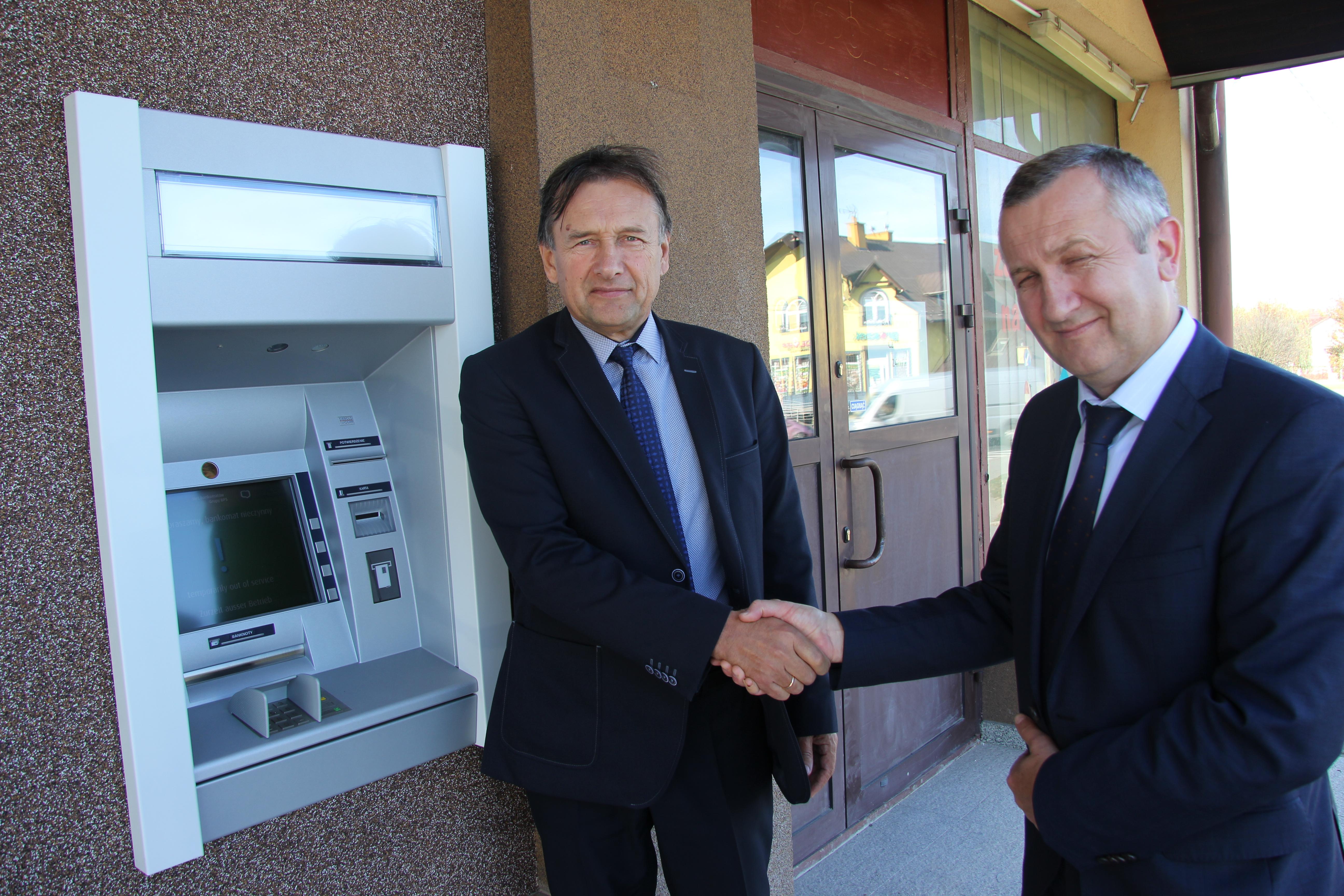 Cmolas. Przy urzędzie gminy powstał bankomat. Czynny jest całodobowo - Zdjęcie główne