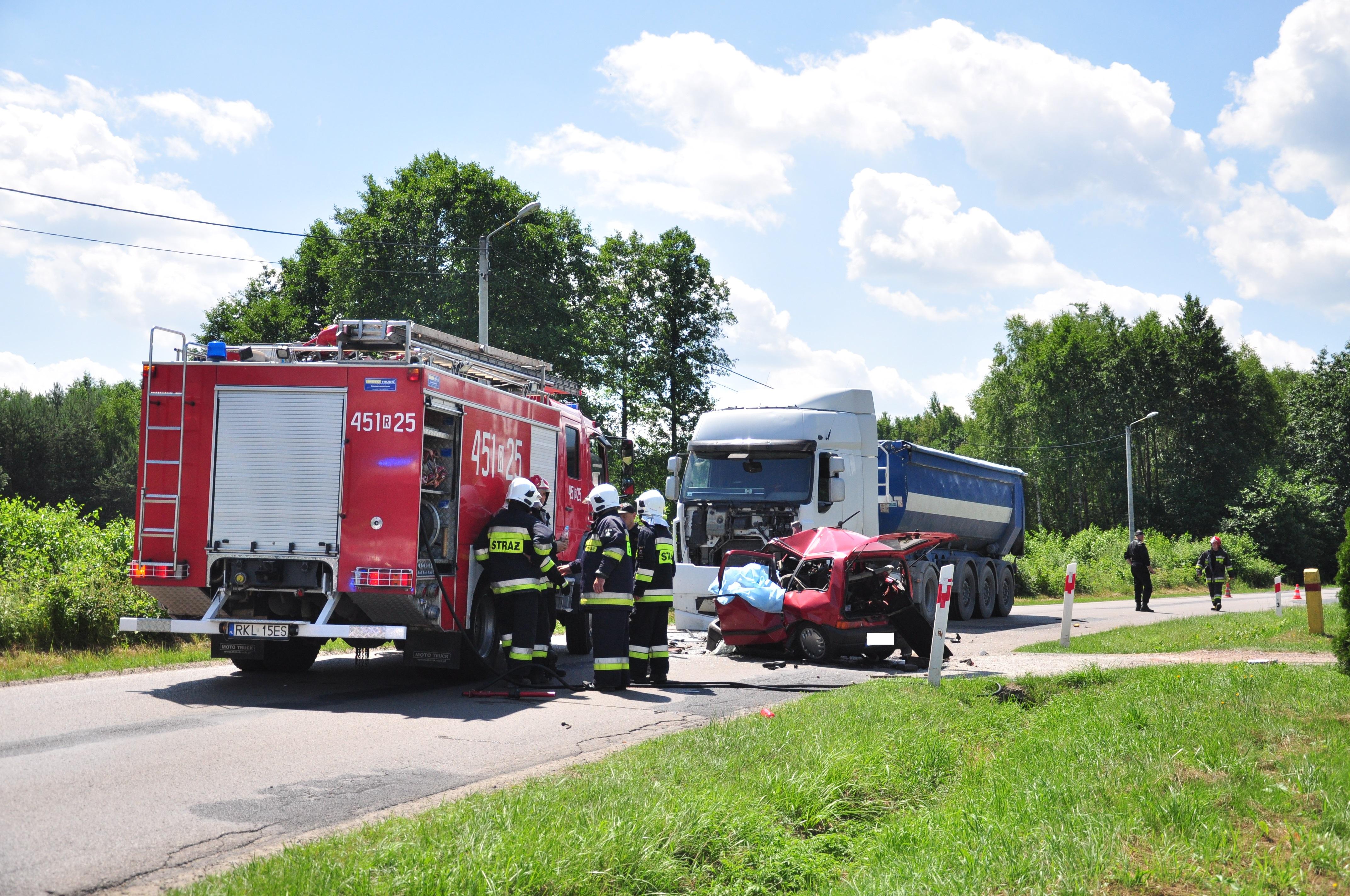 W Bukowcu koło Kolbuszowej ciężarówka zderzyła się z cinquecento. Nie żyje jedna osoba  - Zdjęcie główne