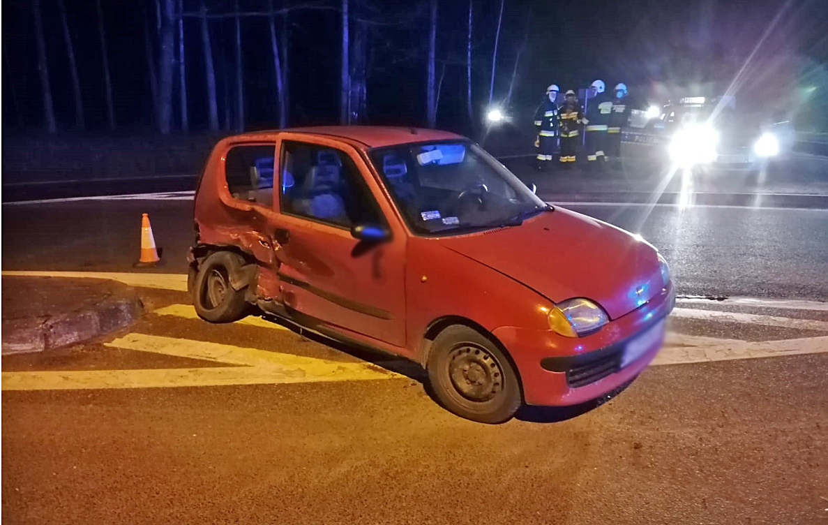 Widełka. Po zderzeniu dwóch aut kierowca uciekł z pasażerem [ZDJĘCIA - WIDEO] - Zdjęcie główne