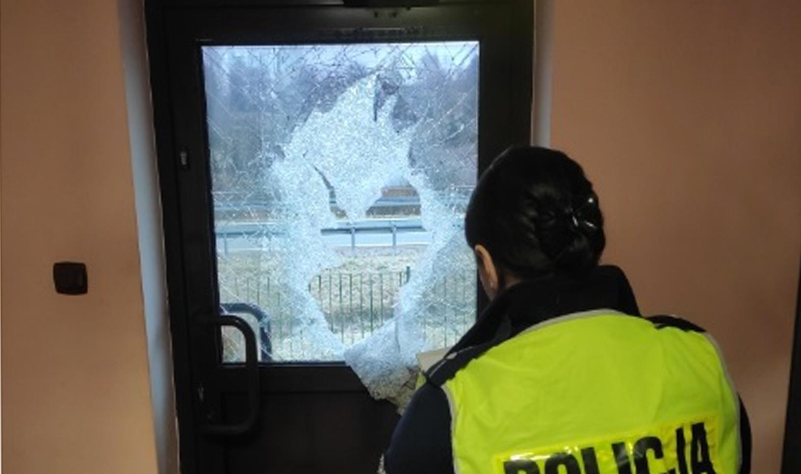 Z PODKARPACIA. Siekierą roztrzaskał drzwi posterunku policji [FOTO] - Zdjęcie główne