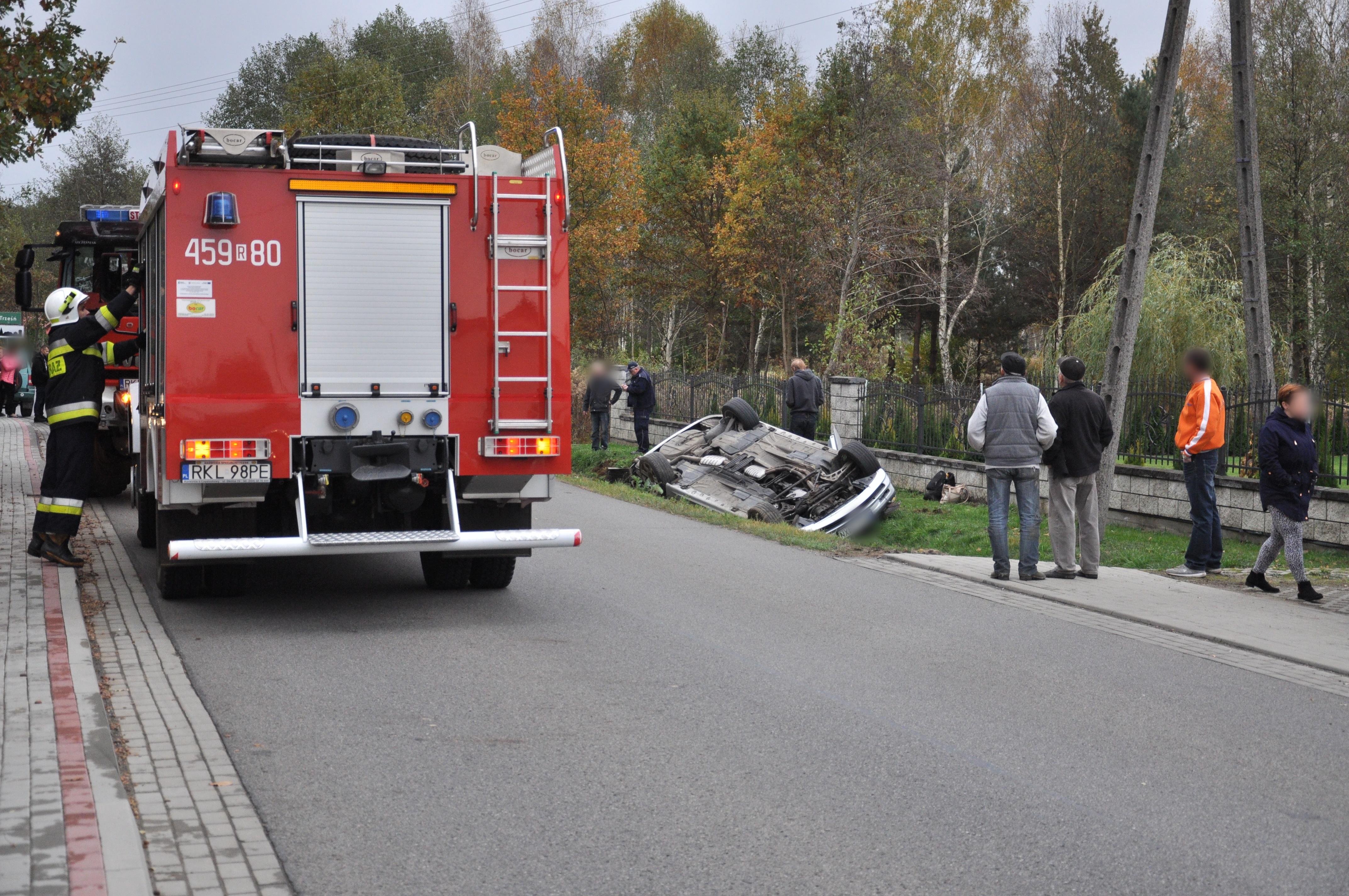 Kolizja w Trześni. Samochód osobowy wypadł z drogi i dachował  - Zdjęcie główne