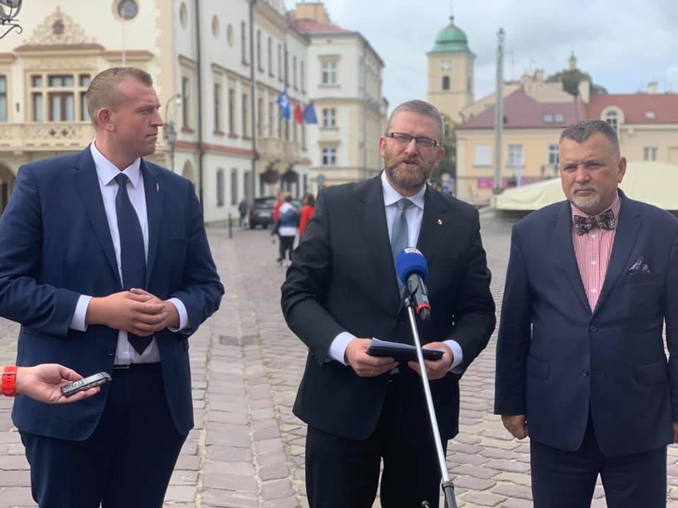 Podkarpacie: Poseł Grzegorz Braun do policjanta: - Niedotlenienie powoduje trwałe uszkodzenia mózgu - Zdjęcie główne