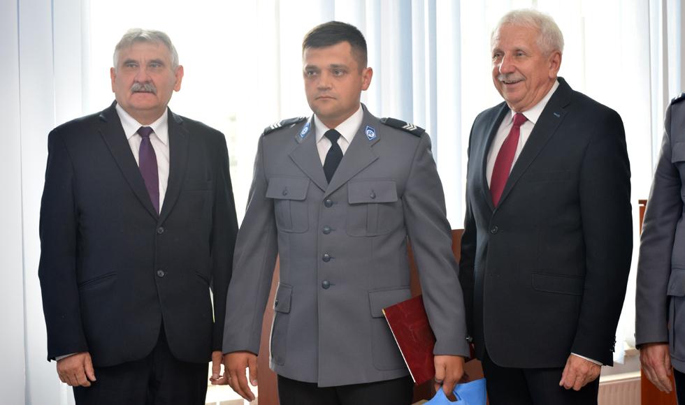 Policjant Arkadiusz Wilk, który uratował tonące dziecko, otrzymał gratulacje od starosty powiatu kolbuszowskiego - Zdjęcie główne