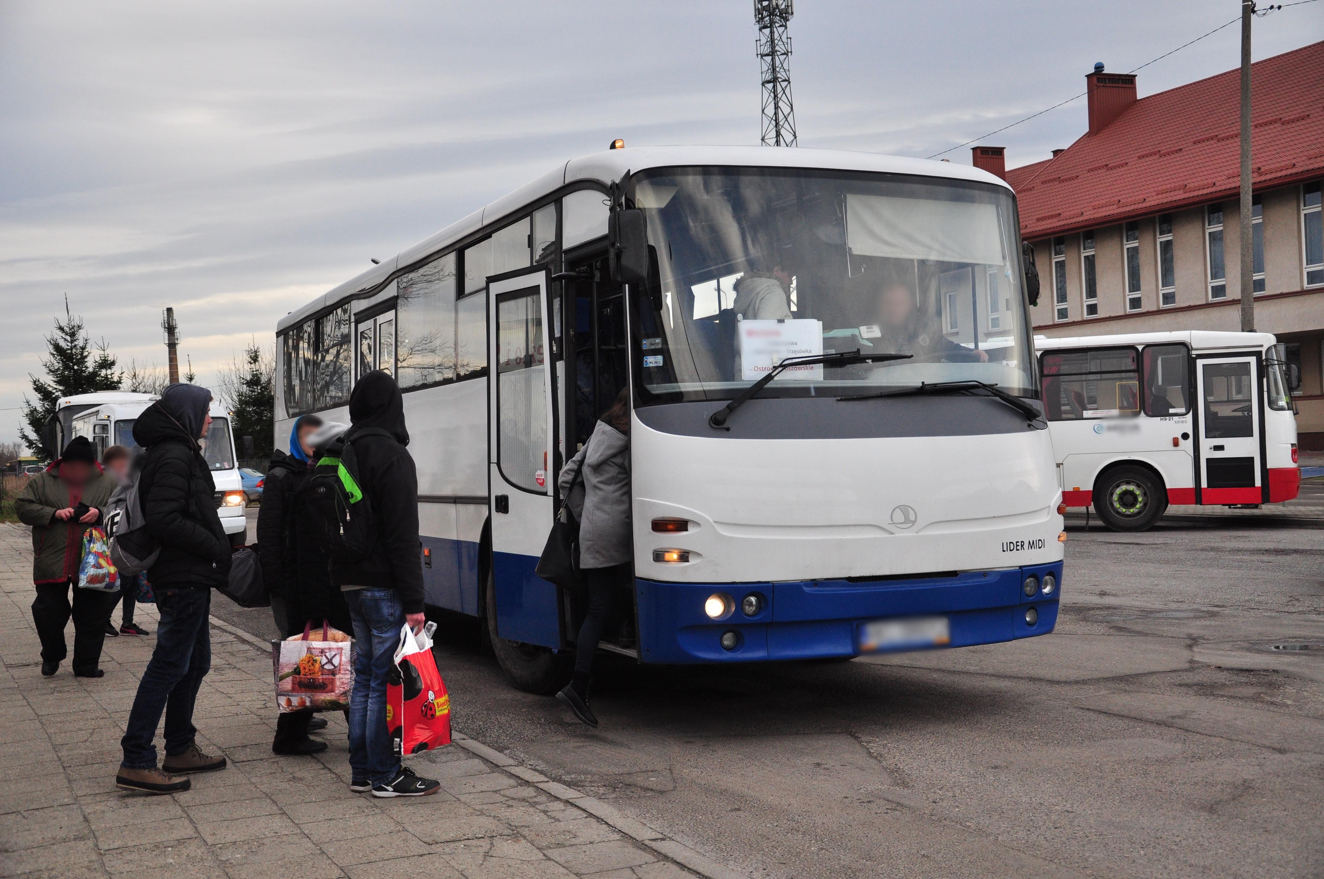 Gmina Cmolas. Problemy z dojazdem do szkół mają szczególnie uczniowie, ktorzy mieszkają w małych miejscowościach i przysiółkach. Kto powinien zapewnić im transport? - Zdjęcie główne