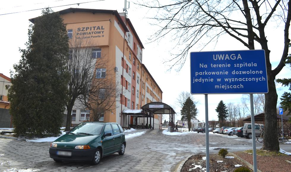 Przy szpitalu w Kolbuszowej kierowcy parkują gdzie popadnie i utrudniają przejazd służbom medycznym  - Zdjęcie główne