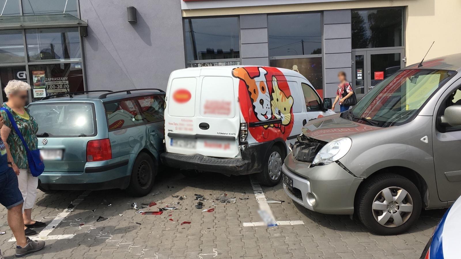 KOLBUSZOWA. Kierowca nie zatrzymał się i wjechał w inne auta. Dlaczego? - Zdjęcie główne