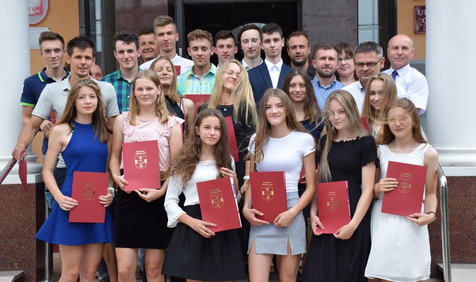 Gmina Kolbuszowa. 21 młodych sportowców otrzymało nagrody sportowe od burmistrza Kolbuszowej - Zdjęcie główne