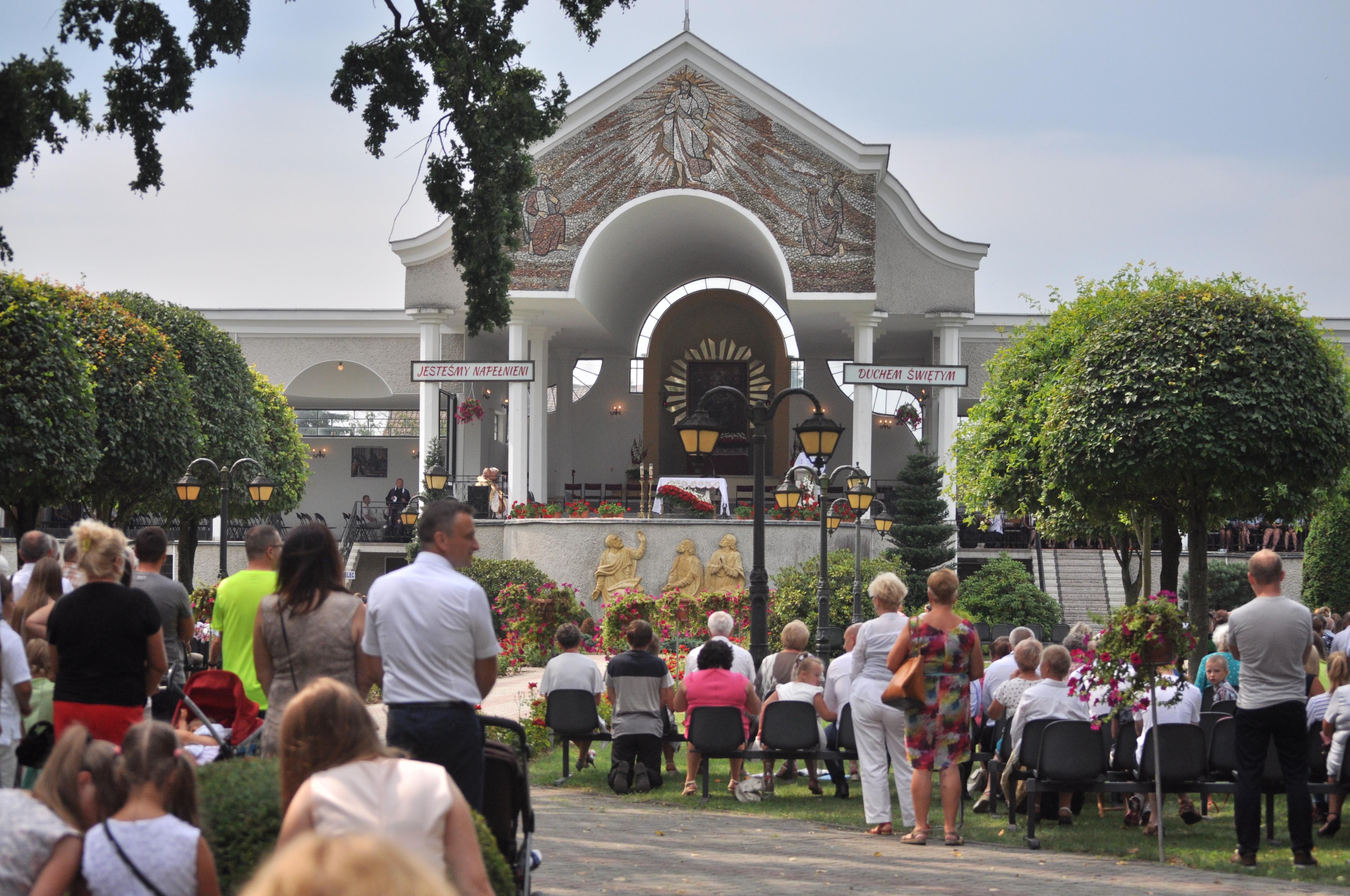 Parafia Cmolas przyznała stypendium dla dwójki zdolnych osób chcących studiować - Zdjęcie główne
