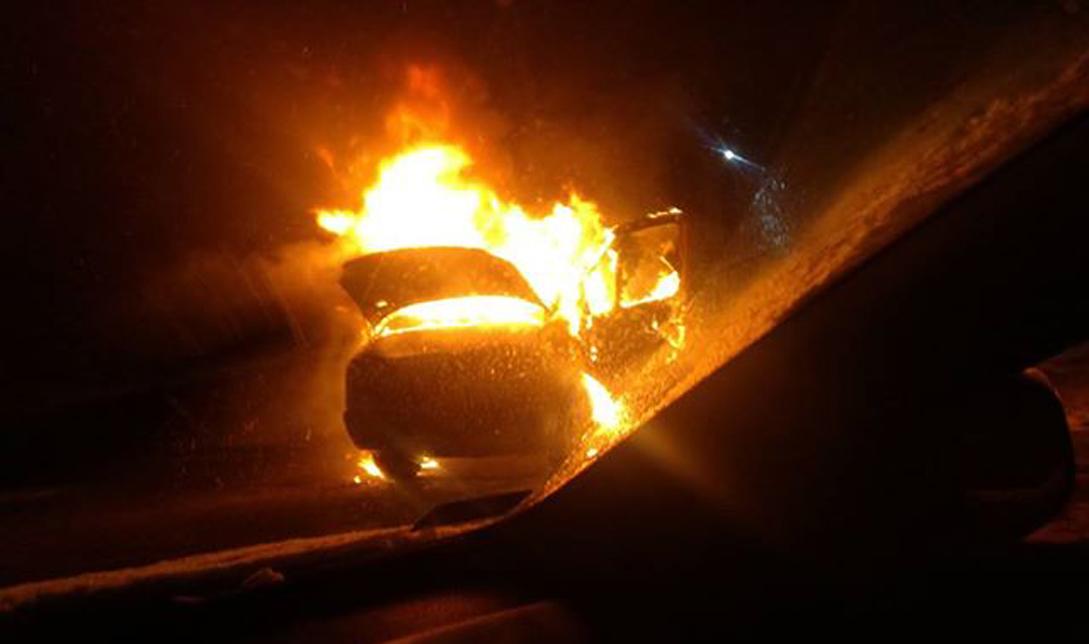Dziś rano w Hadykówce zapalił się dostawczy mercedes. Interweniowali strażacy i policjanci  - Zdjęcie główne