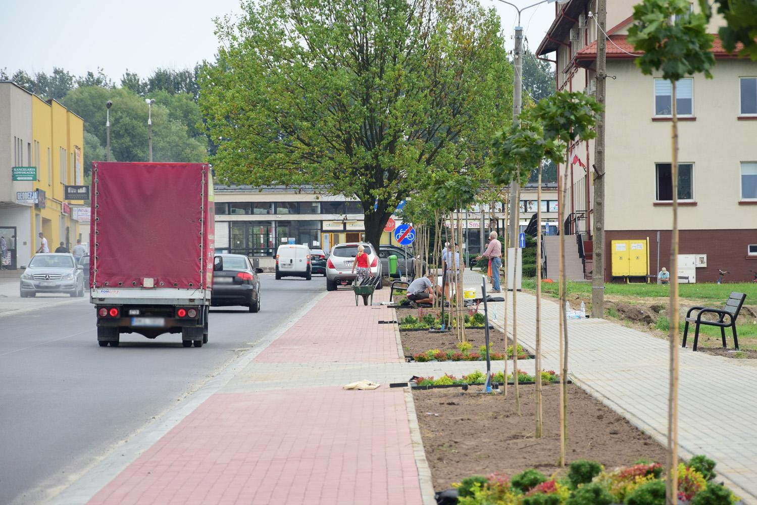 """Kolbuszowa. Ulica 11 Listopada po remoncie ze """"śpiącym policjantem"""". W miejscu żywopłotu parkingi i nowa zieleń [ZDJĘCIA] - Zdjęcie główne"""