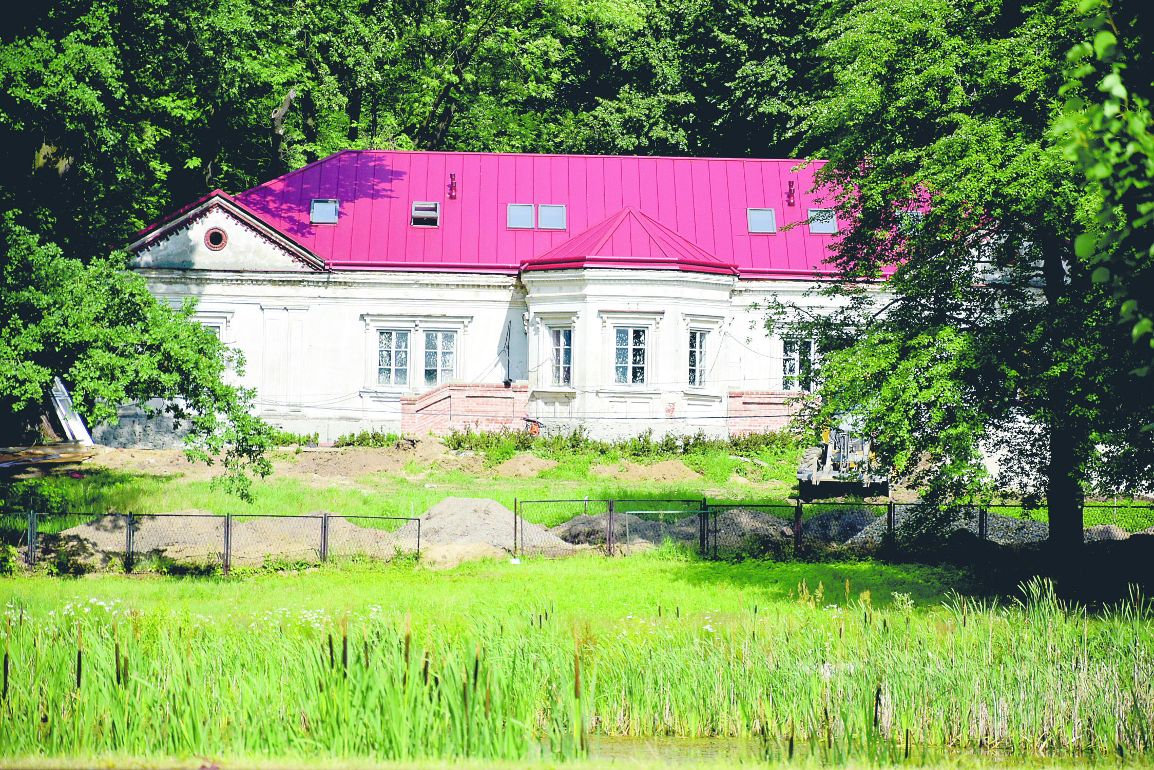 Gmina Dzikowiec. Trwają prace remontowe w zabytkowym zespole parkowo - dworskim w Dzikowcu. Gmina zakupuje już wyposażenie - Zdjęcie główne