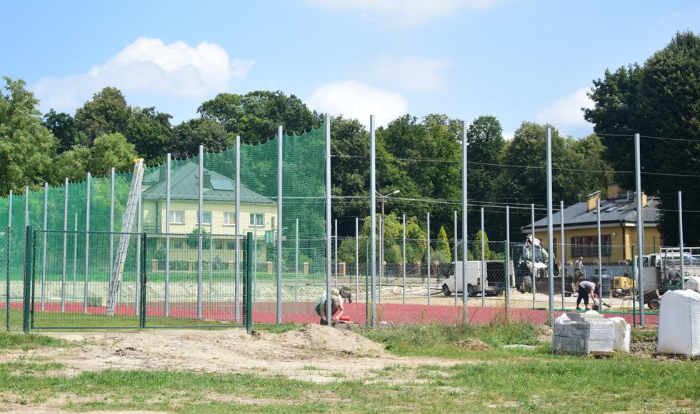 Gmina Cmolas. Ponad pół miliona złotych kosztowało boisko sportowe w Trzęsówce. Uczniowie zagrają tam nie tylko w nogę  - Zdjęcie główne