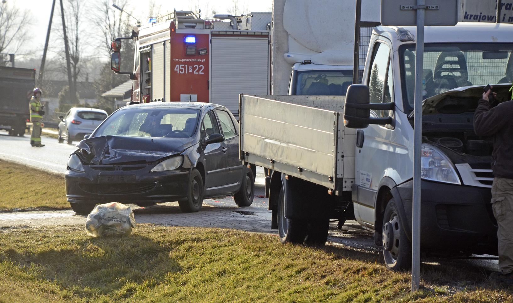 """Cztery samochody zderzyły się na krajowej """"dziewiątce"""" [FOTO] - Zdjęcie główne"""
