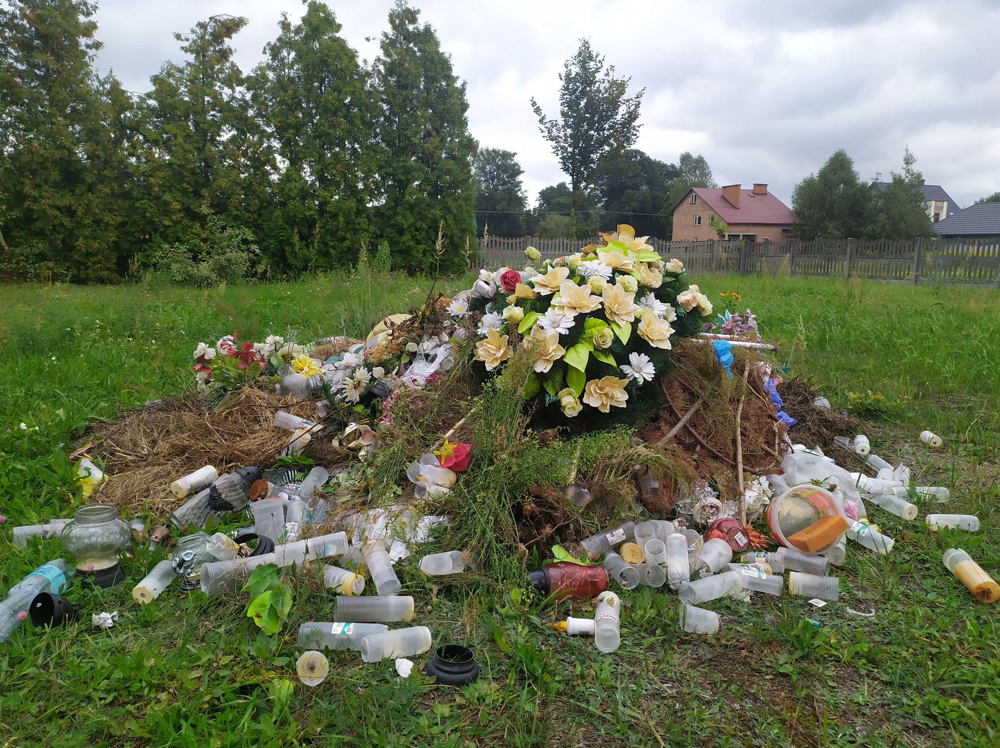 Wysypisko śmieci na cmentarzu. Kto posprząta? - Zdjęcie główne