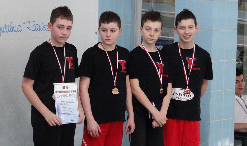 Dziewięć medali wywalczyli pływacy Fregaty Kolbuszowa w Międzywojewódzkich Drużynowych Mistrzostwach Młodzików w Ostrowcu  - Zdjęcie główne