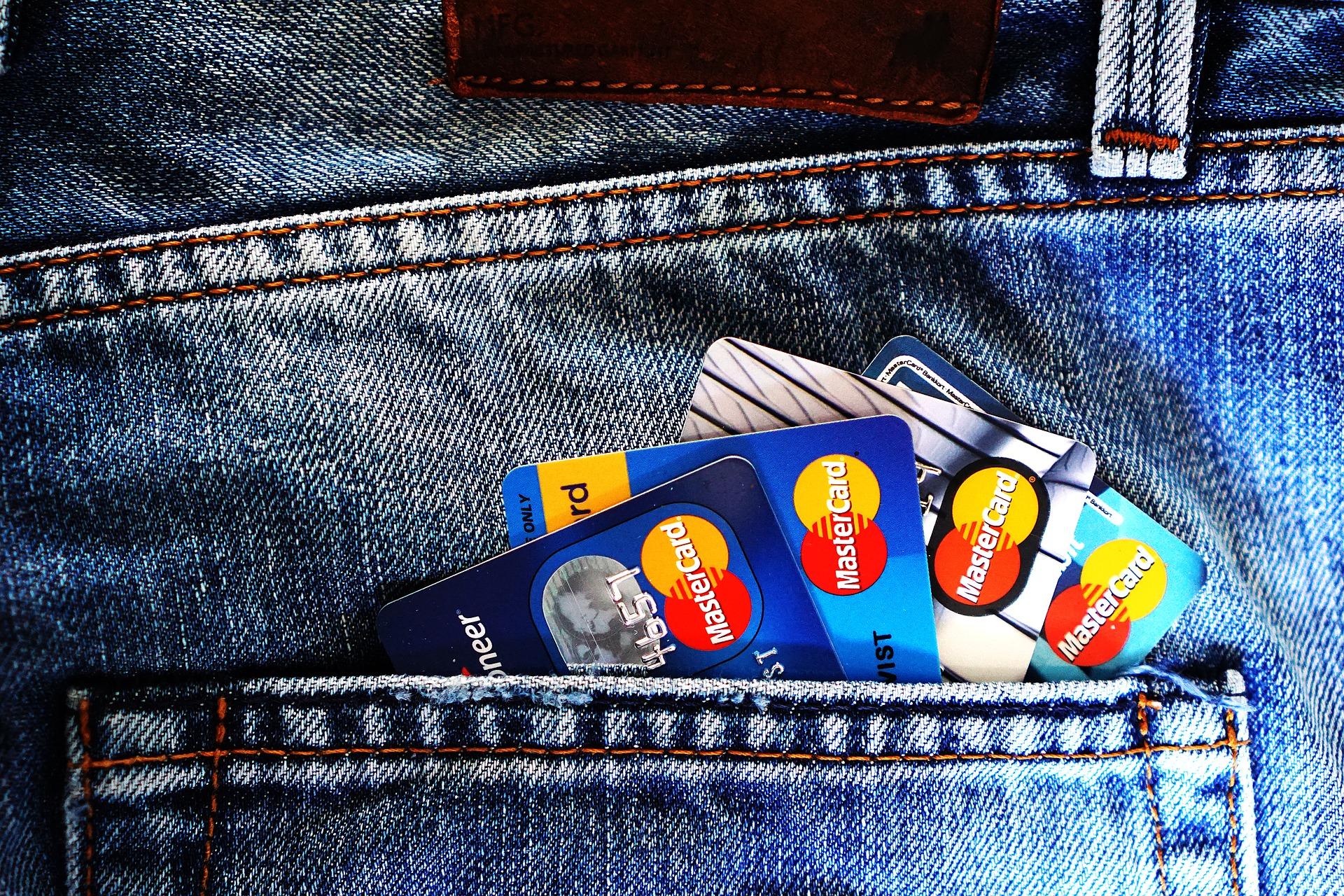 Z PODKARPACIA. Znalazła cudzą kartę bankomatową i poszła na zakupy - Zdjęcie główne