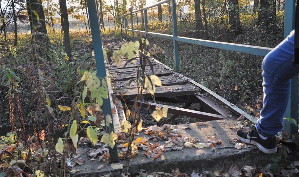 Istniejąca od lat 90. kładka na rzece Zyzoga jest w opłakanym stanie. W sprawie interweniował radny Mateusz Niemczyk - Zdjęcie główne