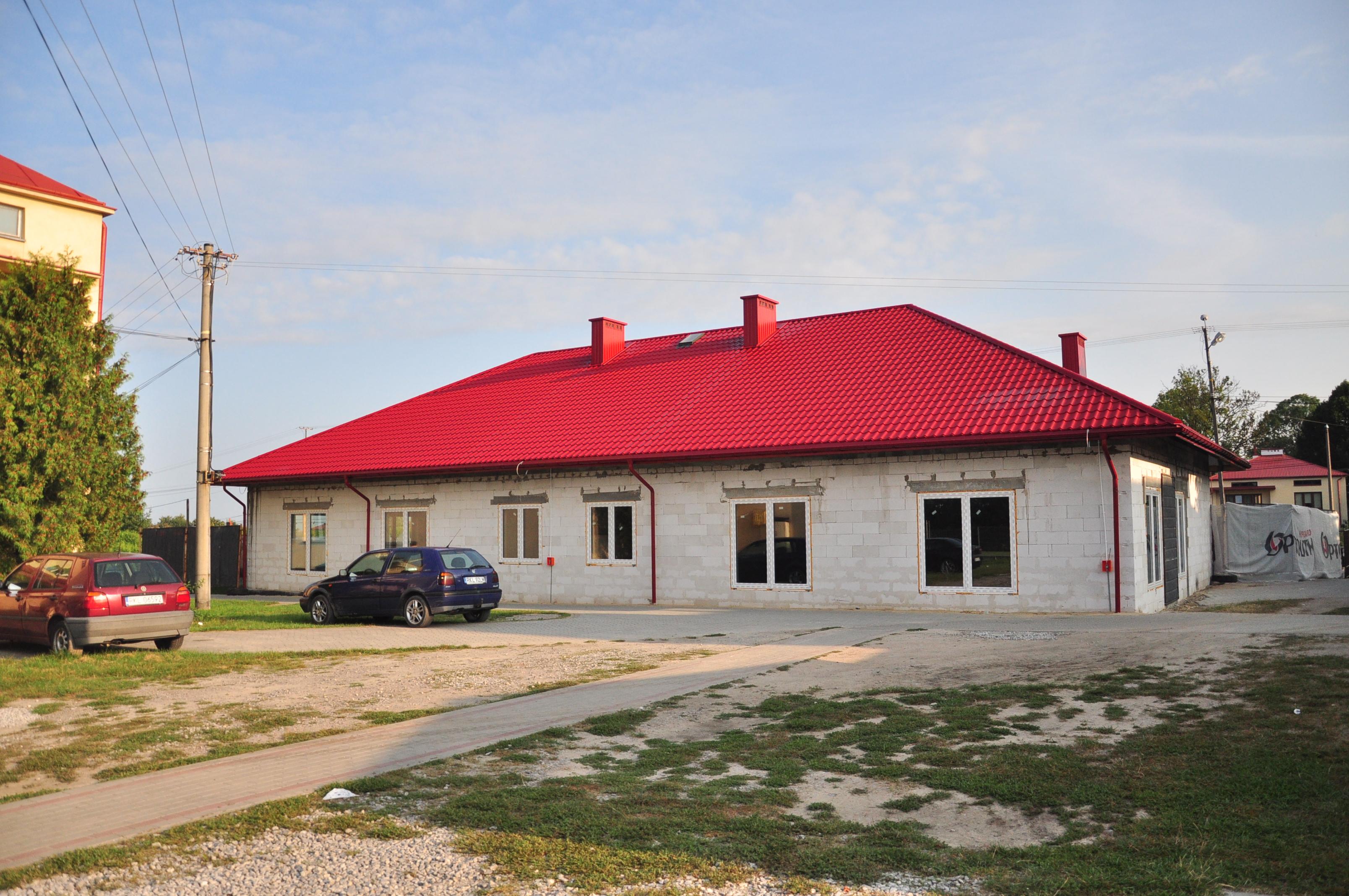 Gmina Dzikowiec. Trwa budowa klubu dziecięcego w Lipnicy. Gmina już poszukuje pracowników, którzy mogliby pracować z dziećmi. Ale nie wszyscy mieszkańcy słyszeli o naborze - Zdjęcie główne