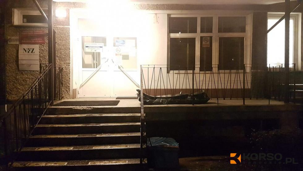 Podkarpacie. Zwłoki ofiary wypadku przez kilka godzin leżały na terenie przychodni - Zdjęcie główne