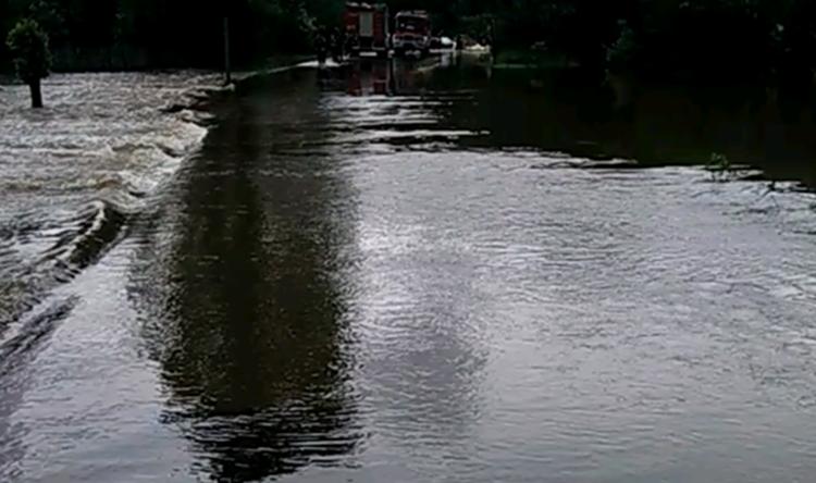 Rzeka Przyrwa w Mechowcu wylała. Droga na moście relacji Mechowiec - Poręby Dymarskie nieprzejezdna [WIDEO] - Zdjęcie główne