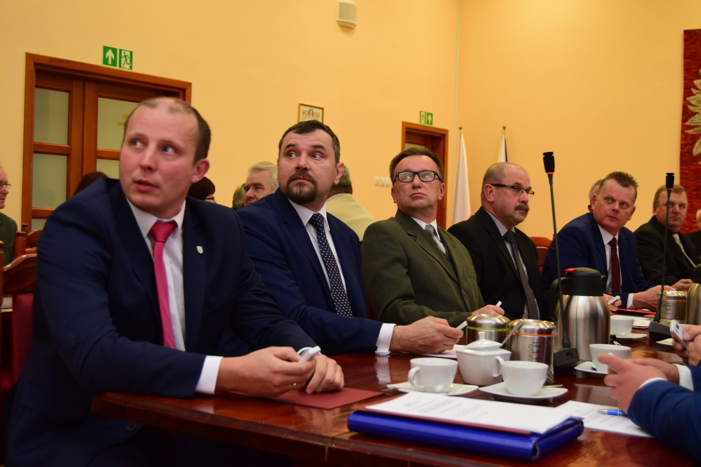 Radni Rady Gminy Majdan Królewski spotkali się na pierwszej sesji tej kadencji [ZDJĘCIA] - Zdjęcie główne